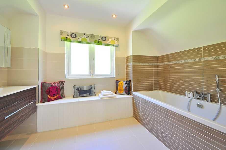 Jednoduchý barevný základ koupelny nabízí široké možnosti kombinace doplňků, pixabay.com