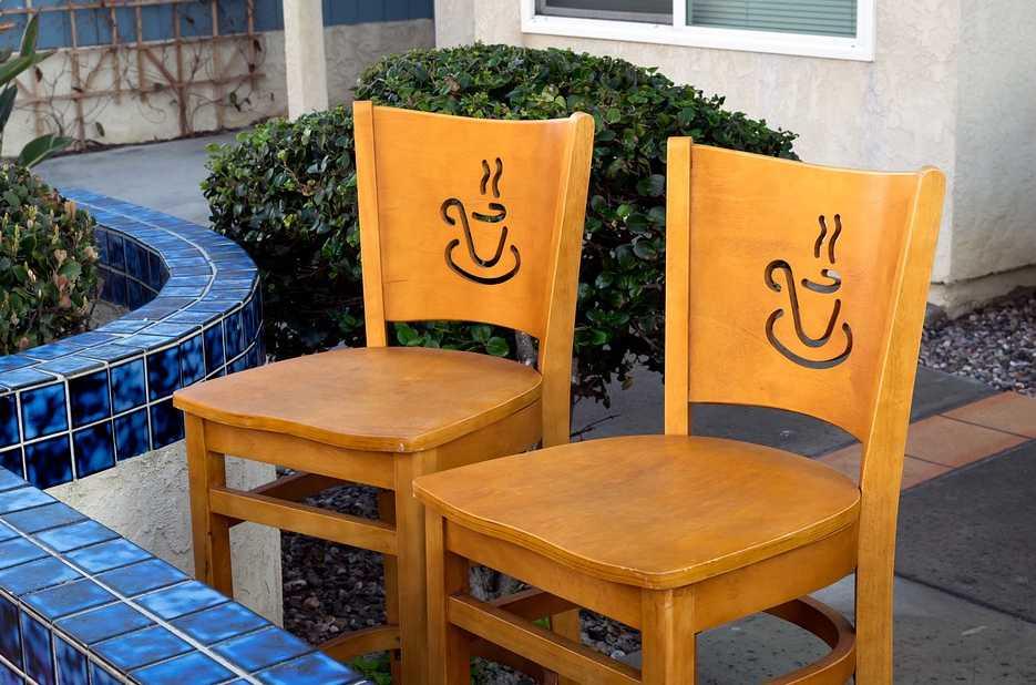 Obyčejné židle může ozvlášnit dekorativní prvek, pixabay.com